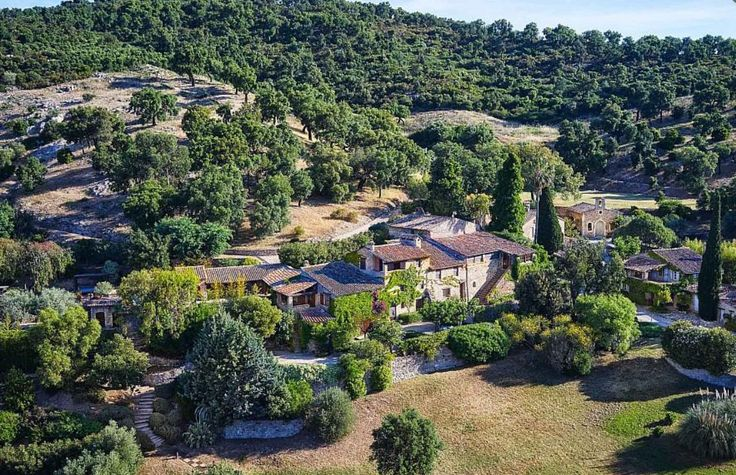 Johnny Depp is selling his property in the Var for € 23 million. Tour the heart of a real village consisting of 12 buildings, including a church and a restaurant and bar. Copyright Riviera Sotheby's International Realty