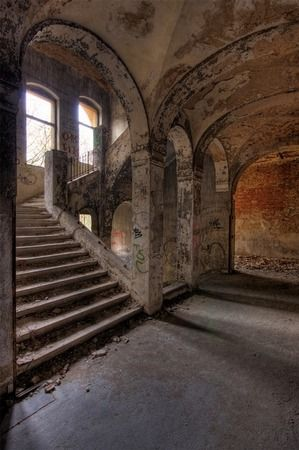 20 Beautiful Examples of Urban Decay Photography