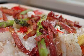 Fisk i form med bacon og grønnsaker