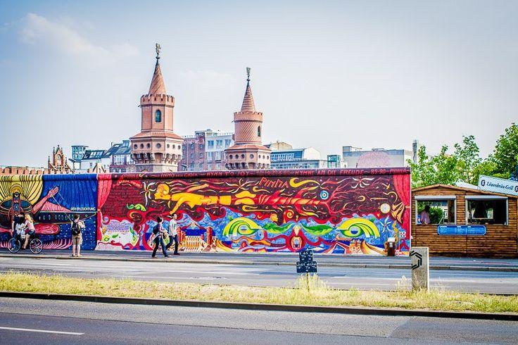 Галерея Ист-Сайд, пожалуй, самая необычная художественная галерея в мире, она находится под открытым небом вдоль реки Шпрее, и является сохранившимся эпизодом разрушенной в 1989 году Берлинской стены длиной 1316 метров.  Уже в 1990 году, сразу же после открытия границы между Восточным и Западным Берлином, художники со всех концов света начали расписывать фрагмент оставшейся стены, как символ надежды, радости и одухотворенности свободой. Галерея представляет собой сто шесть граффити картин…
