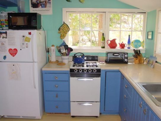 Light and Bright well equipped kitchen:microwave;toaster oven coffee pot,more..