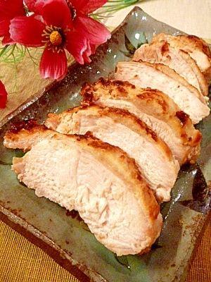 「塩麹で作る☆鶏むね肉で、高級ハムの美味しさ。」「塩麹特集」で取り上げられたレシピ。塩麹で鶏むね肉を漬け込み、低温でじっくり焼き上げました。旦那が「まるで高級ハムのような美味しさだね♪」と、絶賛していました。【楽天レシピ】