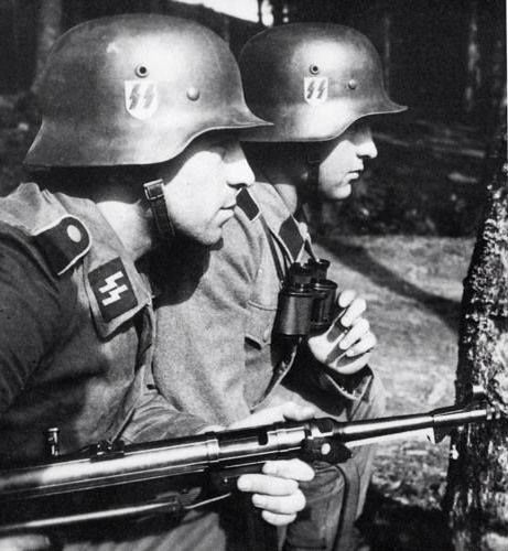 SS officer & a soldier with a MP42 SMG.