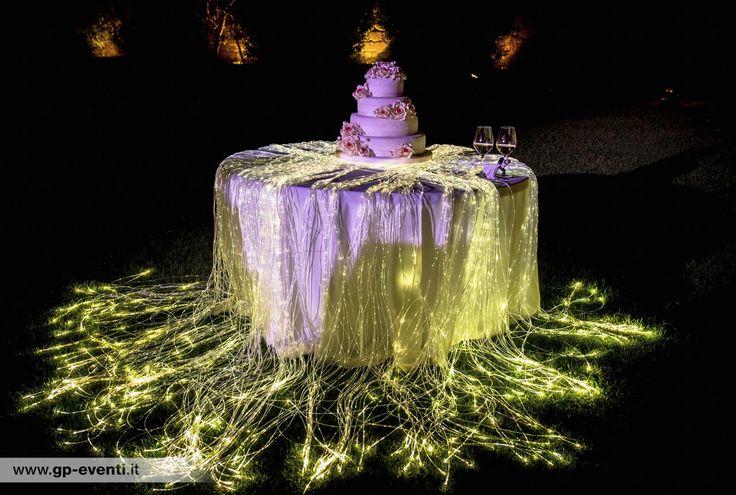 Tavolo con wedding cake cosparso di fibre ottiche