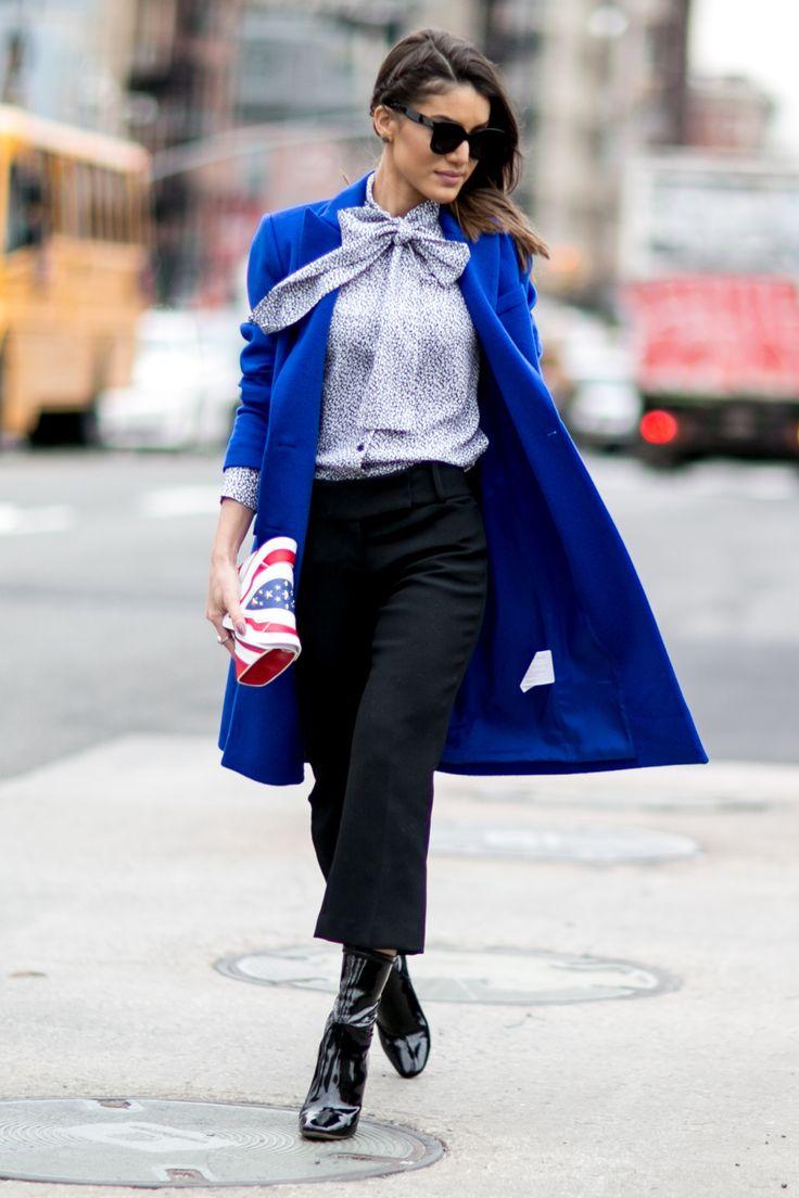 Col lavallière et manteau bleu électrique