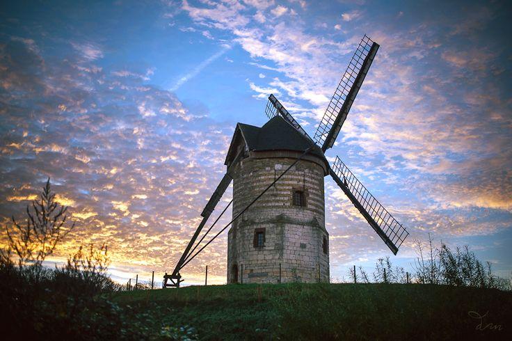 Les Plus Beaux Villages du Nord-Pas de Calais - Et sous un ciel magnifique... le Moulin de Watten (Nord, Pays des Moulins de Flandre). Photo : © DIXIE MARTIN