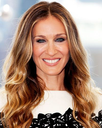 KEY COLOR NOTES Ever since ombre came into fashion in the last year or so, colorists have perfected the art of the imperceptible fade. SJP's style exhibits no such precision—and that's exactly why we love it. If you're a true brunet who went blond for summer, resist the urge to re-highlight.