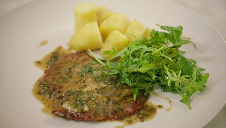 Jeroen maakt vandaag dagelijkse kost uit Lombardije klaar: dunne kalfslapjes met boter, witte wijn, kappertjes, peterselie en citroen. Het is een eenvoudig en puur gerecht dat je serveert met aardappelen en een frisse salade van rucola.