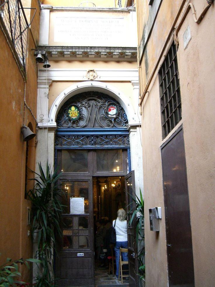 Ci sono diverse chiese mariane Santa Maria Antiqua è un esempio, il più piccolo santuario mariano di Roma è dedicato alla Madonna dell'Archetto. È situato in via s. Marcello, alle spalle della chie…