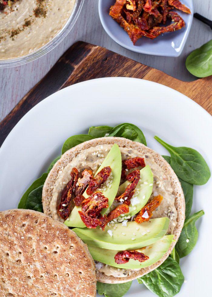 Ricetta per un sandwich sfizioso, piccante e...vegano. Ingredienti principali: avocado e hummus.