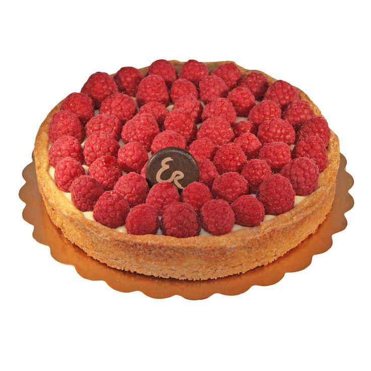 Crostata Armonia di bosco: torta con base di frolla con ganache al cioccolato bianco, lamponi e granella di pistacchio.