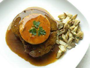 Les tournedos Rossini sont une recette très chic, inspirée dit-on par le célèbre compositeur.  Ce sont des filets de bœuf grillés, servis sur un toast beurré, recouverts d'une tranche de foie gras, et nappés d'une gouteuse sauce faite en déglaçant la poêle de cuisson au Porto ou Noilly.