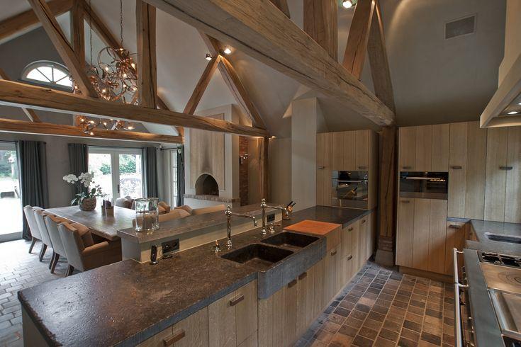 Natuurlijke materialen. Warmte. Mozaik vloer. Dakconstructie met balken houdt ruimte open, maar voorkomt kilte, magazijngevoel.