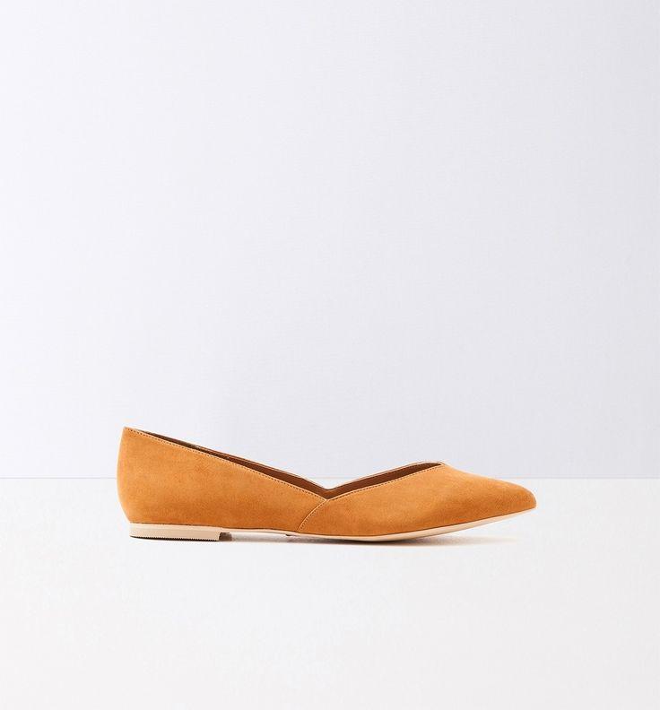 Eines steht fest: Ballerinas sind im Schuhschrank fast jeder Frau zu finden, denn sie spielen bei der Auswahl des Outfits eine wichtige Rolle. Diese Ballerinas erinnern mit ihrer spitz zulaufenden Frontpartie an den Look der 60er. Sie haben einen kleinen Absatz und eine gemusterte Innensohle.