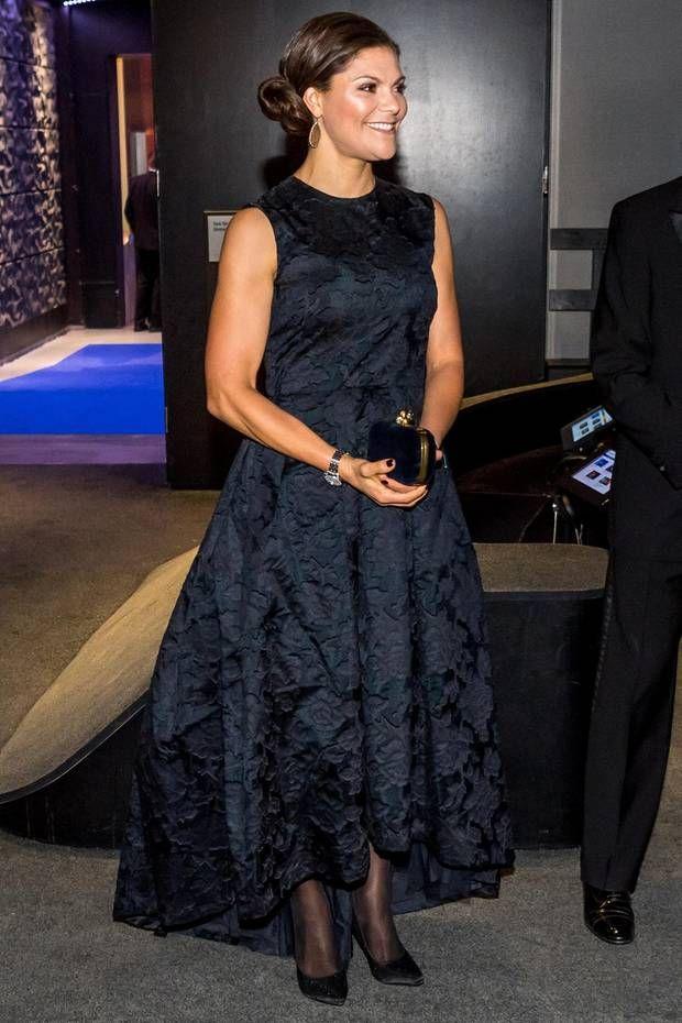 """Lieblingsstücke: Es ist ja schon erfrischend zu hören, dass eine Prinzessin ein Kleid von einer Modekette trägt. Wenn sie dieses jedoch mehrfach aus dem Schrank holt und bei besonderen Events anzieht, macht es sie noch viel sympathischer. Bestes Beispiel: Victoria von Schweden. Sie zeigt sich Mitte November in einem """"Conscious""""-Dress von H&M, das wir bereits von ihr kennen..."""
