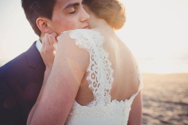 Informeel trouwen in een hippe strandtent   ThePerfectWedding.nl Trouwfoto