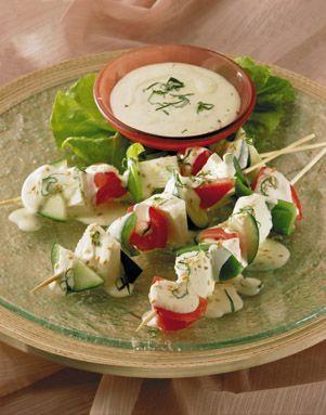 Una celebración saludable con Brochetas de Verduras acompañadas con una deliciosa salsa de Albahaca para compartir con los amigos. ¡Todos invitados!