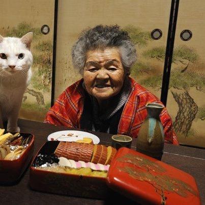 Miyoko Ihara has been taking photographs of her grandmother, Misao and her beloved cat Fukumaru since their relationship began in 2003. Their closeness has been captured through a series of lovely photographs. 12-24-12 / Miyoko Ihara