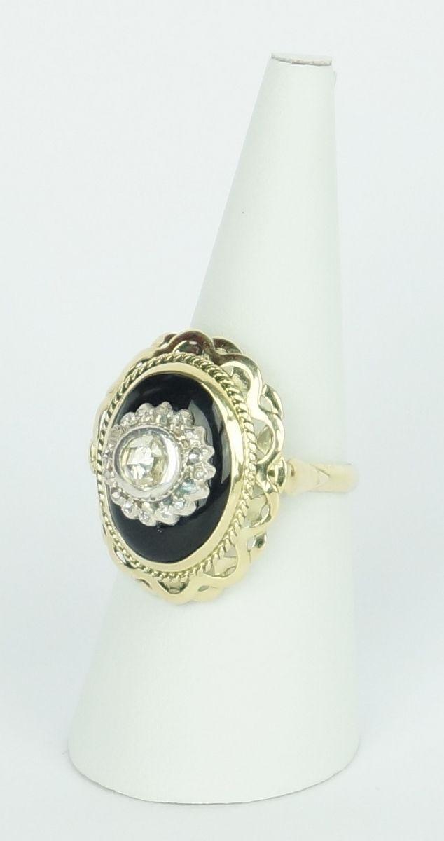 Een 14 krt. geelgouden ring bezet met onyx en roosgeslepen diamanten, 0.40 ct., in zilver gezet
