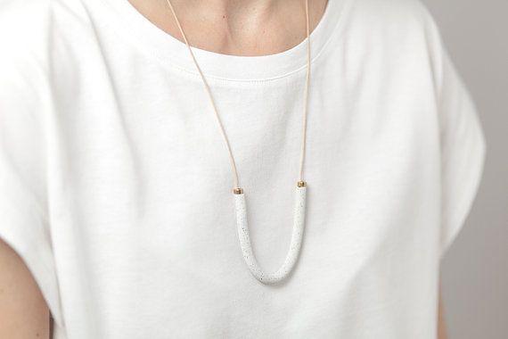 Materia #04 est lun des colliers de la collection « Materia ». Collier en argile polymère à la main sur un cordon en cuir naturel avec fermeture