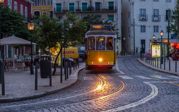 The famous 28 tram going to the terminus up at Campo de Ourique!