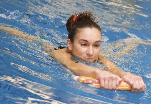 Calories Burned in 45 Minutes of Swimming With a Kickboard
