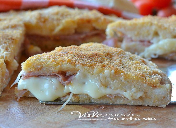 Pizza di pane con prosciutto e formaggio