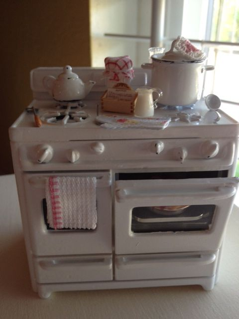 Dollhouse Miniatures - love the vintage feel of this stove