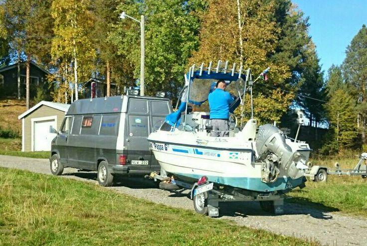 Jonas Guldbrandsens båt och husbil vid Näcksta