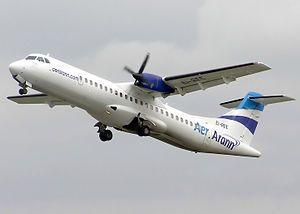 Un ATR 72 de la aerolínea irlandesa Aer Arann despegando.