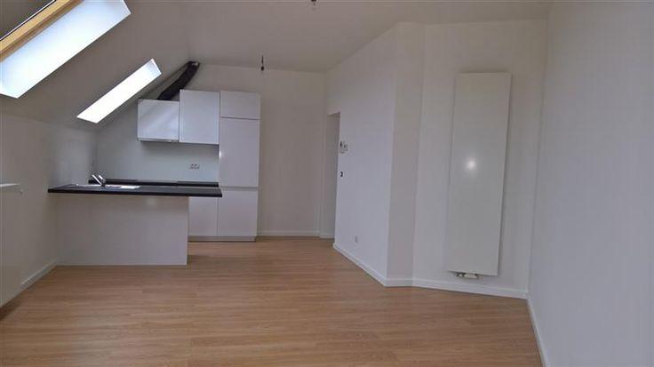 Gerenoveerd 2 slaapkamer appartement  - 149000€ - Sterckshoflei 2, 2100 DEURNE 2100 - Recentelijk, volledig gerenoveerd en instapklaar appartement ca. 70m², gelegen op de hoek van de Sterckhoflei en de Herentalsebaan.   Het appartement is gelegen op de derde verdieping.   Indeling als volgt: inkomhal met ingemaakte kasten, 2 slaapkamers van ca. 11 en 9m², badkamer met douche, lavabo en toilet. Er is ook nog een privatieve kelder voorzien.   Specificaties: aparte meters, lage…