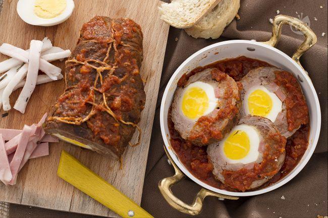 Il falsomagro è un secondo piatto tipico della gastronomia siciliana, preparato con carne di manzo farcita e cotto con un delizioso sughetto.