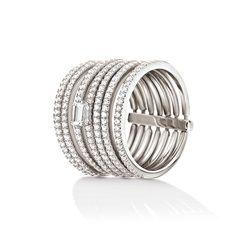 Αυτή τη σεζόν κάνε focus στα διαχρονικά και πολύ εντυπωσιακά  δαχτυλίδια όπως αυτό το ασημένιο Folli Follie δαχτυλίδι από τη συλλογή Fashionably Silver. Διακοσμημένο με διάφανες  κρυστάλλινες πέτρες, αυτό το δαχτυλίδι θα χαρίσει μοναδική λάμψη σε κάθε σου  εμφάνιση.