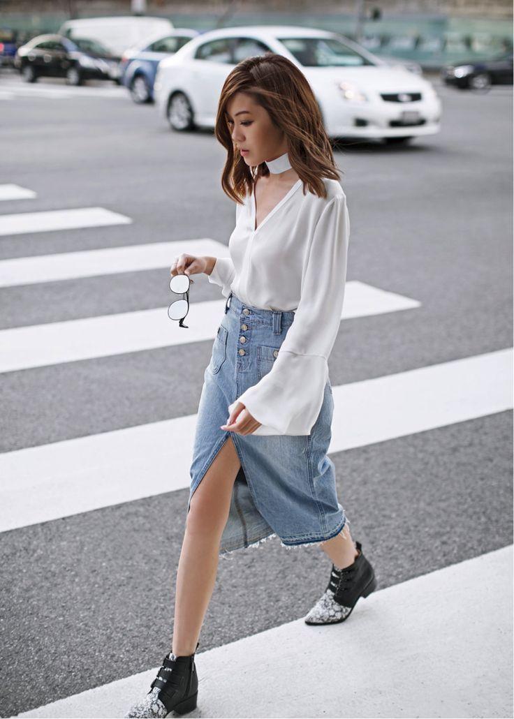 Jenny Tsang klasik bir görünüme çağdaş bir büküm koyar;  onun yıpranmış kenarları kot etek aşınmış titreşimler oluşturmak ve alevlendi beyaz gömlek ve koyu siyah botları takım, cesur bir görünüm oluşturulur.  Gömlek: Saks Fifth Avenue, Etek: Nordstrom, Botlar: Revolve