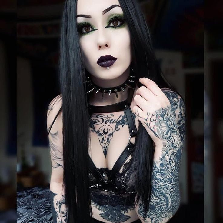 Gothic doll fills her hairy pussy with a banana