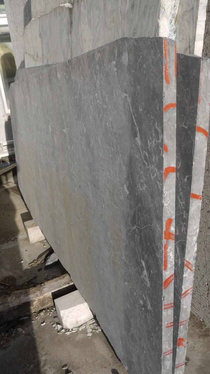 Lastre di Marmo Nero Portoro - http://achillegrassi.dev.telemar.net/project/lastre-di-marmo-bianco-carrara-2/ - Lastre di Marmo Nero Portoro a piano sega.