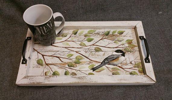 Plateau décoratif, bois de grange plateau de service, plateau de table, cadeau d'anniversaire, peint à la main, de récupération, mésange, bois recyclé en détresse