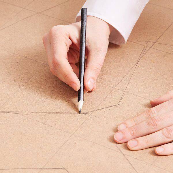 Paso 2:  Pasa el plano a la placa de fibrofacil a tamaño real.  No te olvides de la base y los soportes!