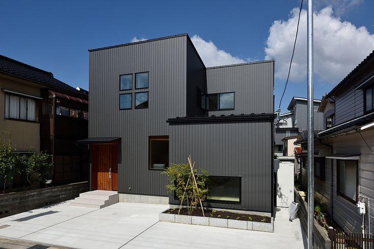 外壁:ガルバリウム鋼板(耐摩いぶし銀) 晴れの日と曇りの日では微妙に色の見え方が違います。青空ではほとんどブラックに見えます。