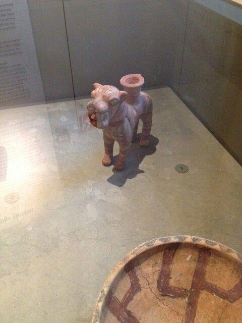 Een oliepotje in de vorm van een leeuw gebakken uit klei.