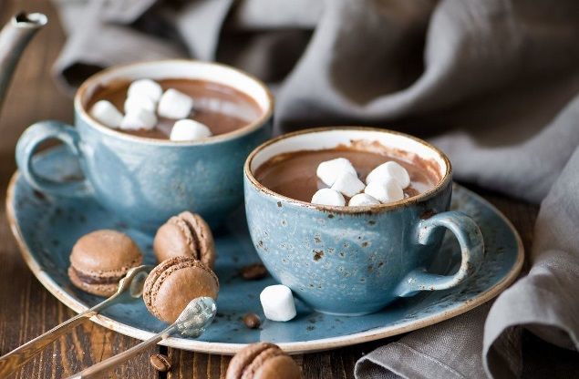 плитка молочного или горького шоколада  зефир – 2 шт.  молоко – 300 мл  шоколадная крошка для украшения  В кастрюльку наливаем молоко, подогреваем его на плите и опускаем кусочки шоколада. Дожидаемся, пока шоколад растворится в молоке, и кидаем в кастрюльку кусочки зефира. Даем зефиру слегка размягчиться. Перекладываем шоколадно-зефирную массу в чашу блендера. И взбиваем до однородной массы. Переливаем в чашку. Напиток украшаем тертым на мелкой терке шоколадом.