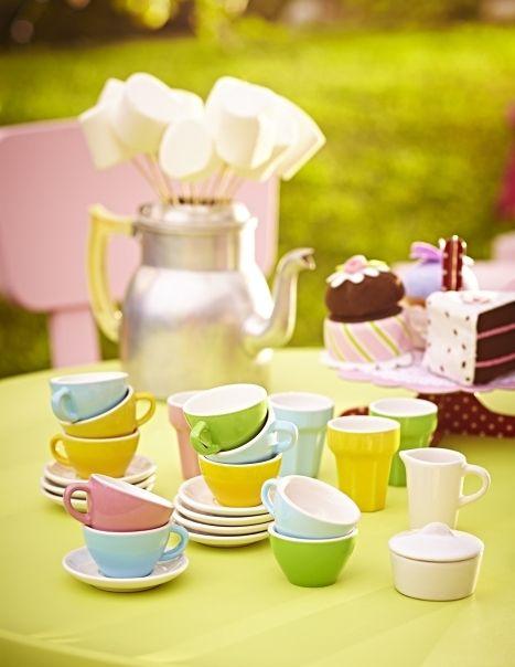 Čajové súpravy DUKTIG vyrobené z kameniny, plastové poháre a kameninové taniere a misky sú detskou verziou riadu pre dospelých. Deti hrou na hostí a hostiteľov rozvíjajú svoje sociálne zručnosti, učia sa prostredníctvom imitovania a vymýšľania rôznych rolí.