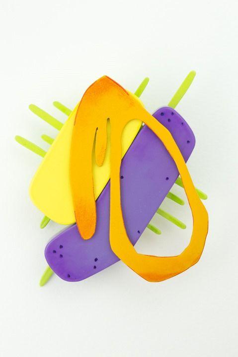 · Uproszczone formy organiczne · Kolory przeciwstawne i dopełniające (fiolet <-> żółty, obok zielony i pomarańczowy) · Gra kierunków (główna oś po skosie, ale pomarańczowy obiekt zamyka kompozycję)