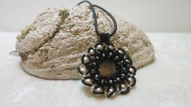 Mandala Kristall Aparter Anhänger gefertigt aus diversen japanischen Perlenformen Farbkombination in kristall-weißen sowie schwarzen Farben Aufhängung schwarze Lederschnur mit Karabiner Die Seiten sind unterschiedlich gearbeitet, daher Variationsmöglichkeit beim Tragen