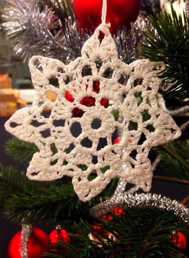 Slike heklede stjerner kan brukes til både pynt på treet og på bordet, eller som glassbrikker om du vil.