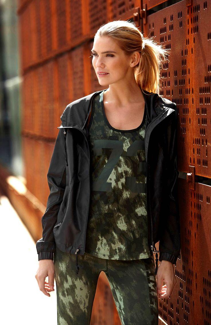 TRENUJ STYLOWO // HAPPY HOLLY Sportowa koszulka, wygodny, elastyczny, przewiewny i szybkoschnący materiał, 99 zł + pasujące do koszulki legginsy dopasowany fason oraz przewiewny, szybkoschnący materiał, 159 zł.