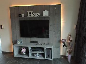 Mooi, handgemaakt tv meubel / wandmeubel van steigerhout. Wordt gemaakt op bestelling, waardoor aanpassingen in ontwerp of afmetingen mogelijk zijn. Ook andere kleuren of naturel look hoort tot de