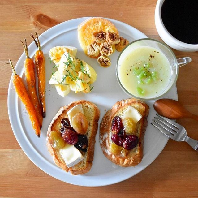 keiyamazaki on Instagram pinned by myThings Today's breakfast. 今朝のスープはセロリとじゃがいもの冷たいスープ。 木曜夕方から娘が熱を出し、昨日今日と病院以外引きこもりです。でも本人はすごく元気で「公園行く!外行くの!」。ごめん、まだ無理だと思う。べったりどっぷり2人で家で遊ぶのもたまにはいいよ〜