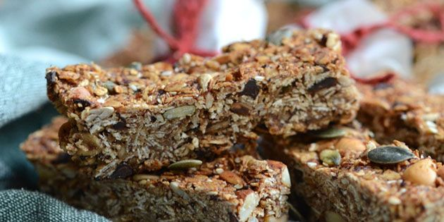 Virkelig gode og sunde müslibarer med dadler, havregryn og masser af frø og kerner. Propfyldt med fibre og gode sager.