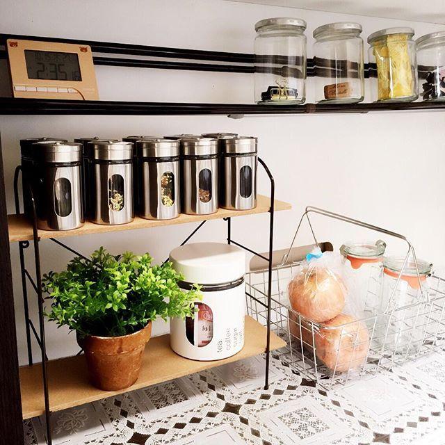"""毎日の料理で汚れがち、散らかりがちなキッチン周り。ロカリでもお馴染みの""""プチプラ商品""""を利用して、キッチン周りをスッキリ片づけてみませんか♡キッチンを綺麗に整頓できる便利ツールと、簡単に実践できる収納術をご紹介します。"""